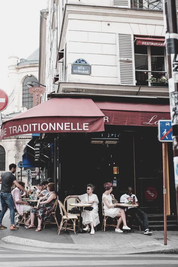 Vienas smagiausių užsiėmimų Paryžiuje - atsisėsti lauko kavinėje, gerti kavą ir stebėti tai, kas vyksta aplink.    One of the most exciting things to do in Paris is to drink coffee in a terrace cafe and observe life