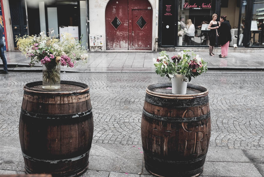 Statinės ir gėlės Paryžiaus gatvėse.    Barrels and flowers on the streets of Paris.