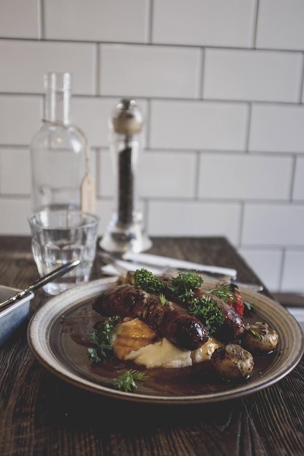 Pietūs MOMO Grill. Klaipėda. Stirnienos dešrelės su bulvių koše ir ant grotelių keptais šampinjonais.  Lunch at MOMO Grill. Klaipeda. Deer sausages with mashed potatoes and grilled mushrooms.