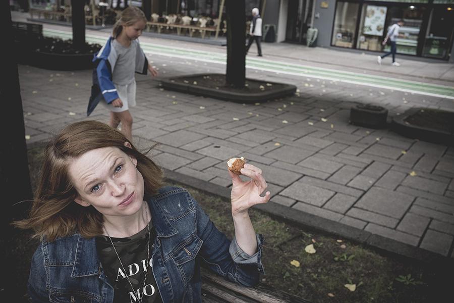 Spurgos valgymas Laisvės Alėjoje. Kaunas.  Eating a doughnut at Liberty Boulevard. Kaunas.