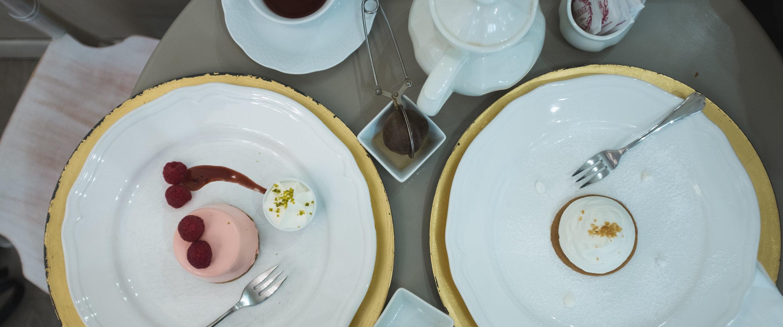 Farage Cioccolato a Milano. Avietinis ledų desertas su šokoladu ir pyragaitis Mont Blanc.  Farage Cioccolato a Milano. Raspberry ice-cream dessert and Mont Blanc dessert.