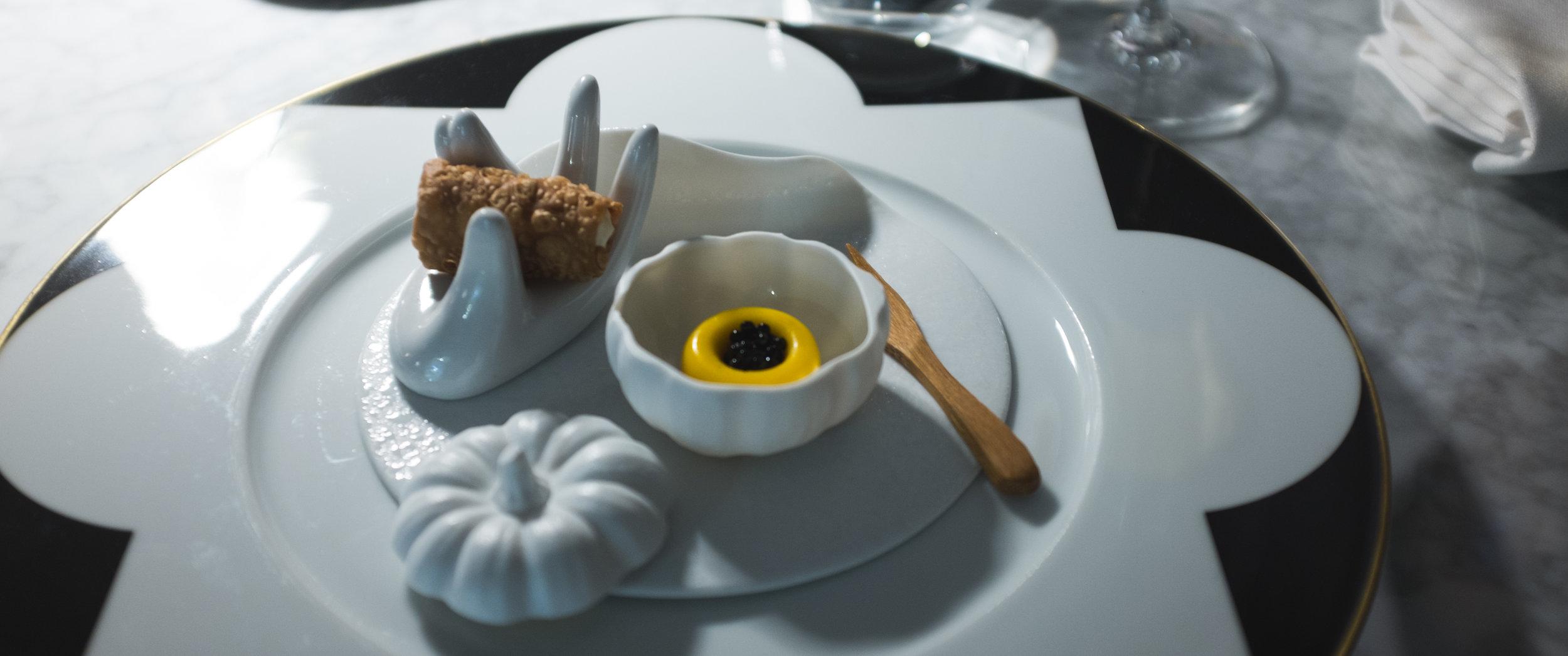 Felix Lo Basso. Užkandžiai. Moliūgų kremas su juodaisiais ikrais.  Felix Lo Basso. Welcome starter. Pumpkin cream with black caviar.
