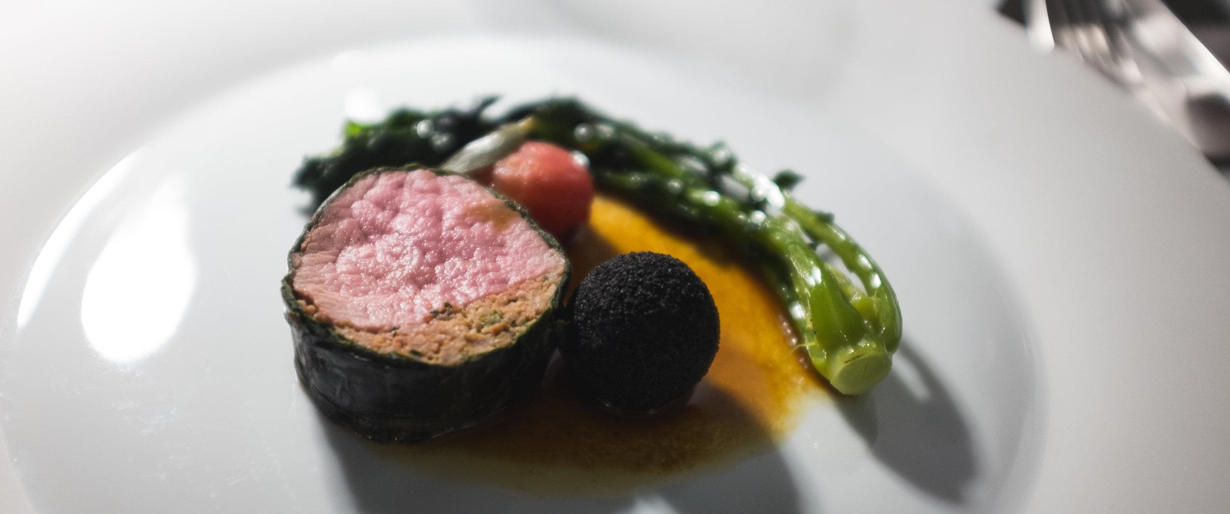 Felix Lo basso. Veršienos kepsnys su ančiuviais, brokoliais, pomidorais ir alyvyogėmis.  Felix Lo Basso. Veal steak with anchovies, broccoli, tomato and olives.