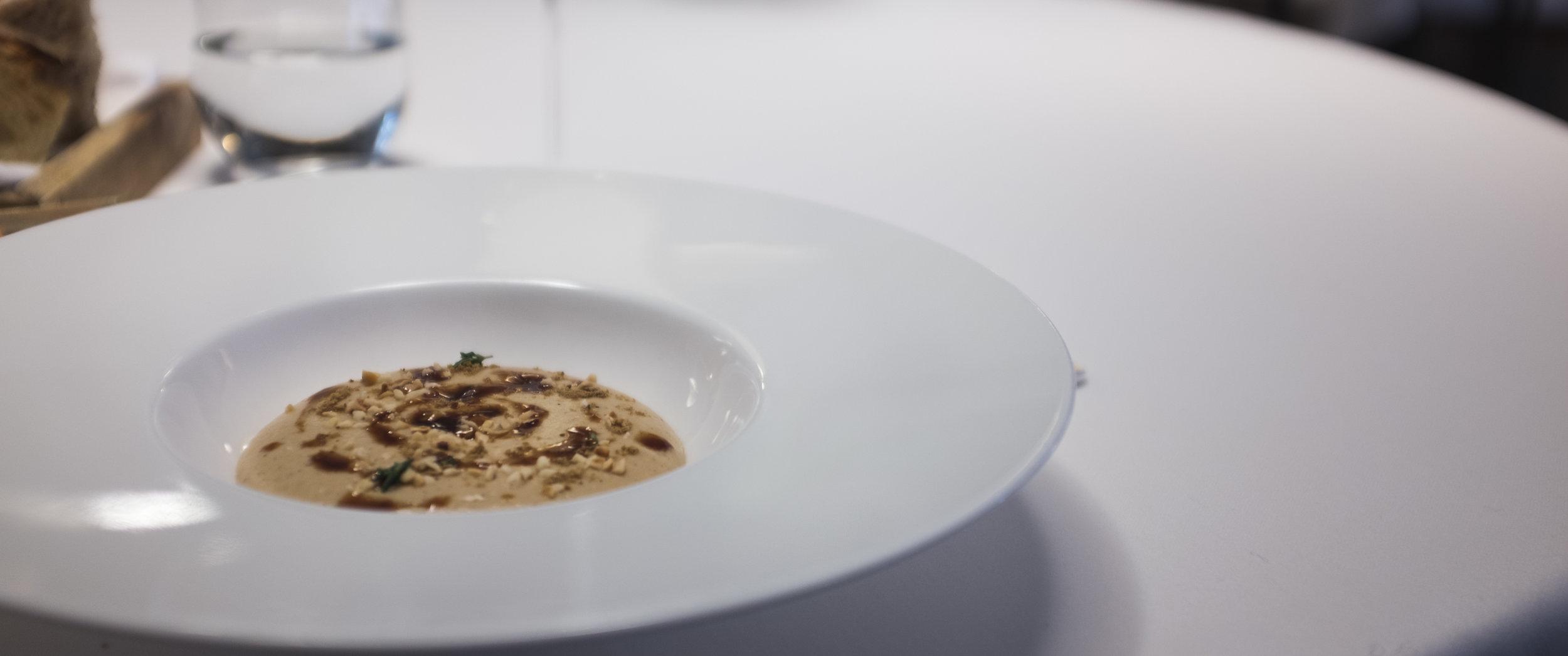 Casual. Žiedinių kopūstų putėsiai su lazdyno riešutais.  Casual. Cauliflower mousse with hazelnut.