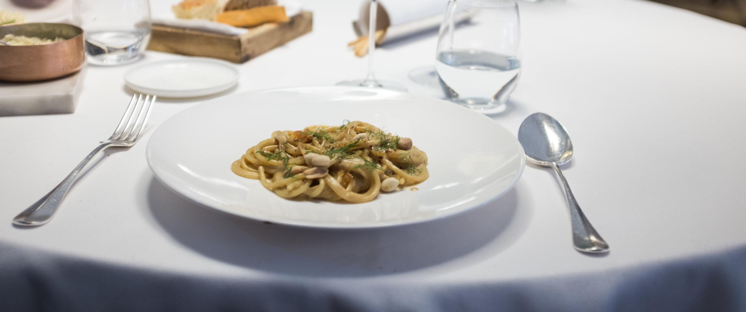 Casual. Spagečiai su raudonaisiais ikrais ir žemės riešutais.  Casual. Spaghetti with red caviar and peanuts.