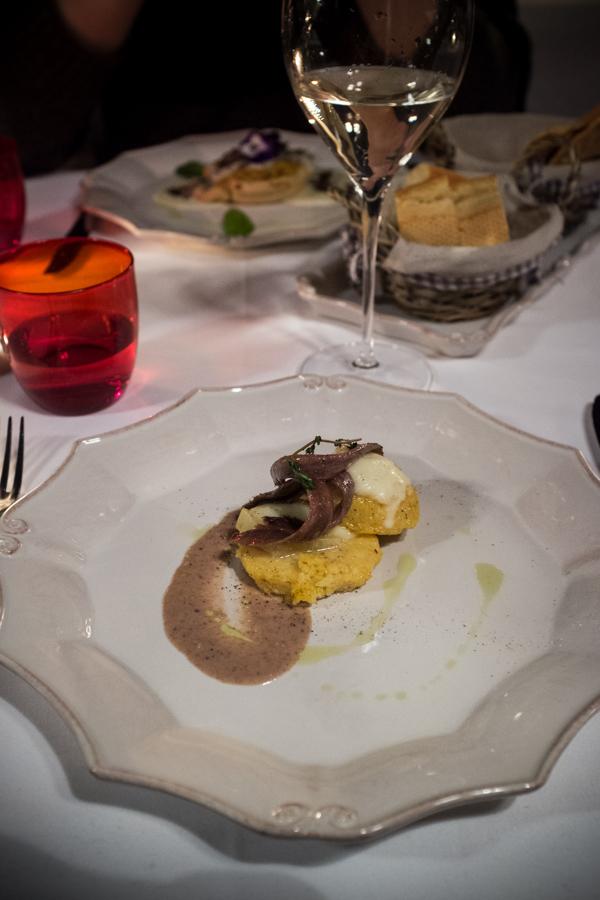 Baretto di San Vigilio. Bergamietiška polenta su ančiuviais.  Baretto di San Vigilio. Polenta Bergamasca with anchovies.