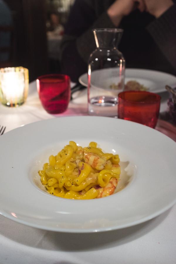 Baretto di San Vigilio. Šviežia pasta su karbonara padažu ir krevetėmis.  Baretto di San Vigilio. Fresh pasta with carbonara sauce and shrimps.