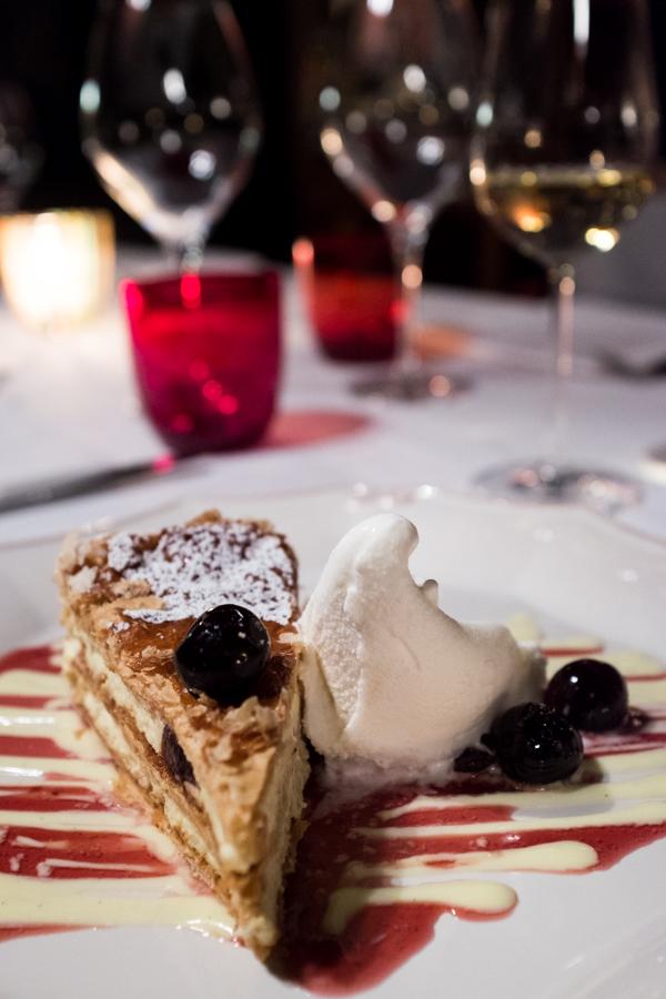 Baretto di San Vigilio. Sluoksniuotos tešlos tortas su vaniliniu kremu ir vyšniomis.  Baretto di San Vigilio. Mille-feuille with vanilla cream and cherries.