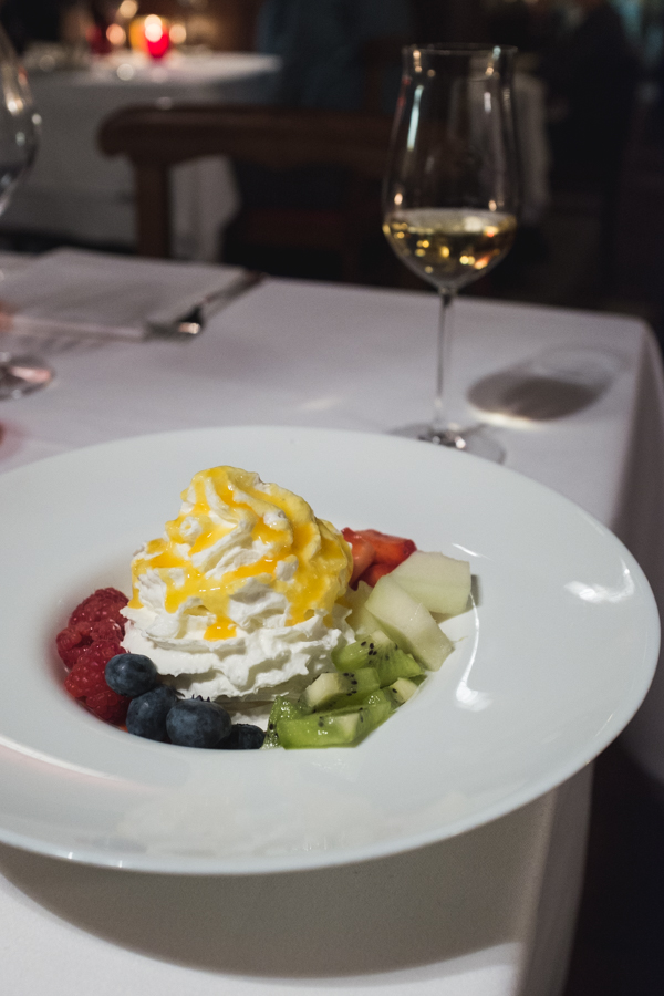 Baretto di San Vigilio. Pavlova su ledais, grietinėle ir vaisiais.  Baretto di San Vigilio. Pavlova with ice-cream, whipped cream and fruits.