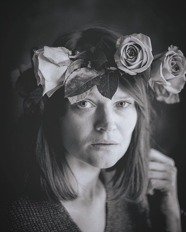 Moi aussi j'ai une fée chez moi 🧚🏻♀️ #selfportrait #portrait #portraitphotography #portraitphotographer #blackandwhite #blackandwhitephotography #bnw #roses #flowers #flowerwreath #rosecrown #bnw_portrait #lyricsinspiration #zaz #moiaussijaiuneféechezmoi