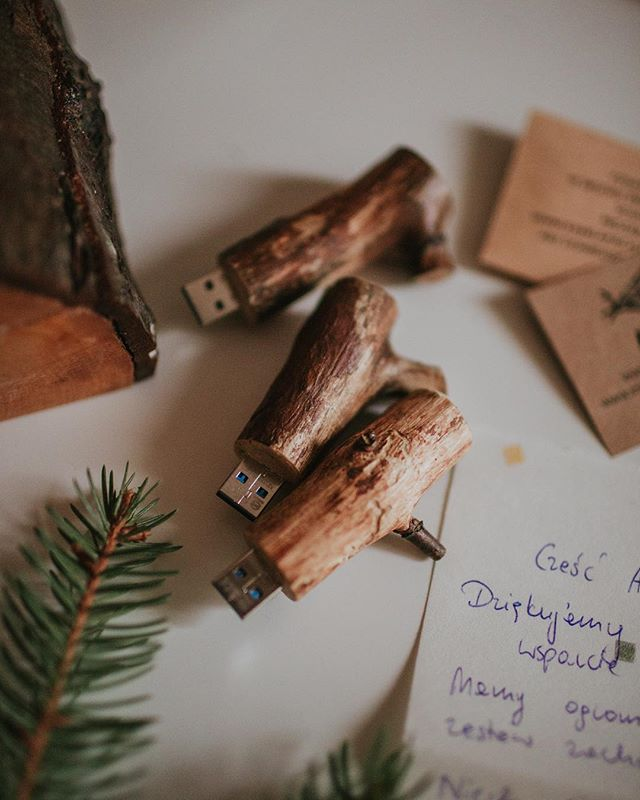 Kochani nasi ❤️ Dziś i jutro postanowiliśmy sprezentować Wam zniżkę 10% na nasze drewniane usb 😻 wpiszcie kod FITW10 w koszyku i już 🌿 Zapraszamy do naszego sklepiku! #linkwbio #dlafotografa #onlineshop #dlafotografow  #dlafotografów #fotografia #fotografiaslubna #drewnianedekoracje #pamięć #drewnowdomu #woodenusb #layflat #quince #productphotography #kamilapiech #fireinthewoods #wooden #fromwood #fromthewoods #handmade #homemade #workshop #poland #polishproduct #fromtheforest