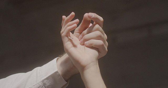 Du kan rose @eirikdreyersellevoll og @elisabethop sin dansing så mye du vil, men har du sett hendene deres? De er de ekte stjernene i videoen lets be honest 🖐🏻🤚🏻 —— Sjekk ut videoen til Collide for @iseerivers  Link i biooo