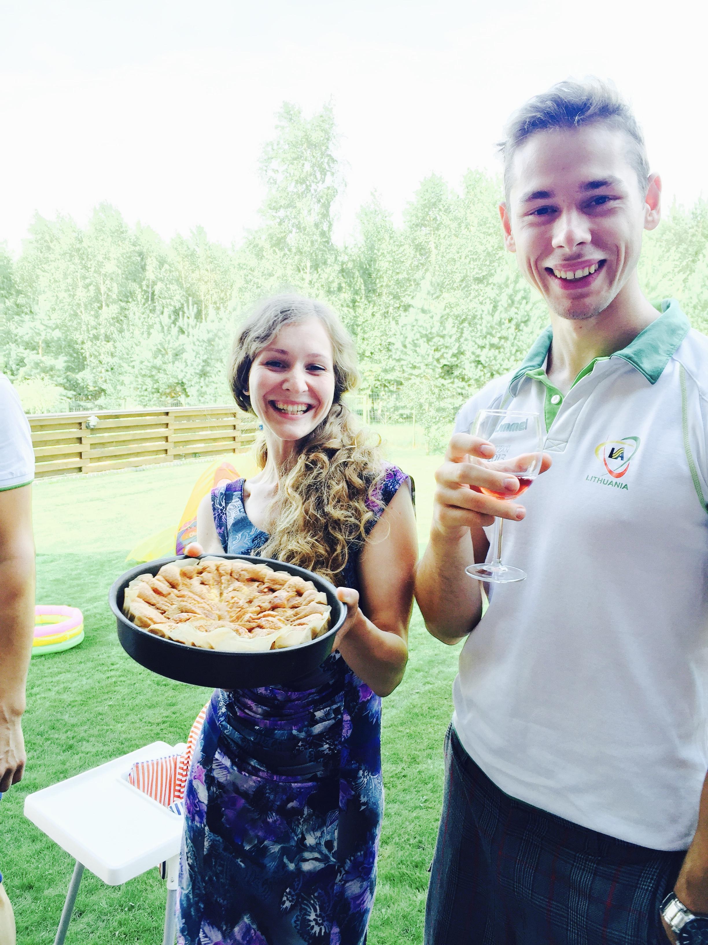 Pradėjom atvirkščiai:nuo obuolių pyrago, kurį iškepė Jurgita.Patikėkite, neliko jo akimirksniu :)