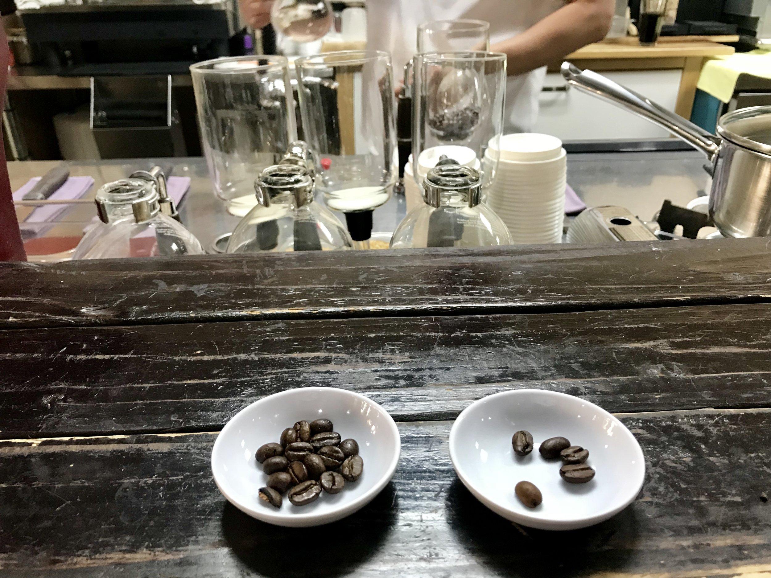 Kaiėje paprastos kavos pupelės, o dešinėje Kopi Luwak. Išvaizda niekuo nesiskiria.