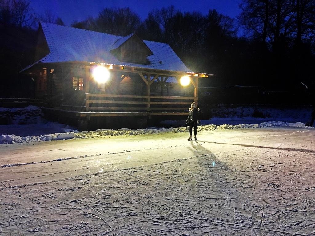 V zimním období můžete v záři reflektorů bruslit na hladině zamrzlého rybníka