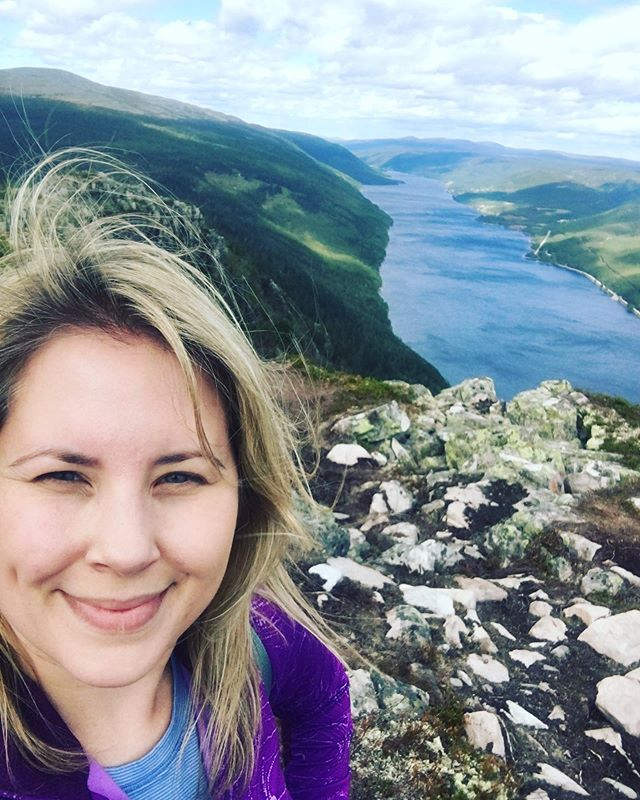 About this time last year, I ditched Rob and took a break from fishing to take a hike. I was on the Skagsvola hike overlooking Engeren lake. Such a great view on a very windy day! 😍 Thanks again Chris for taking me to the trailhead! #dayhike #windy #skagsvola #trysil #trailchat #bpmag #outdoorwomen #womenwhohike #myselfiegameisweak #adventure #kentuckygirl