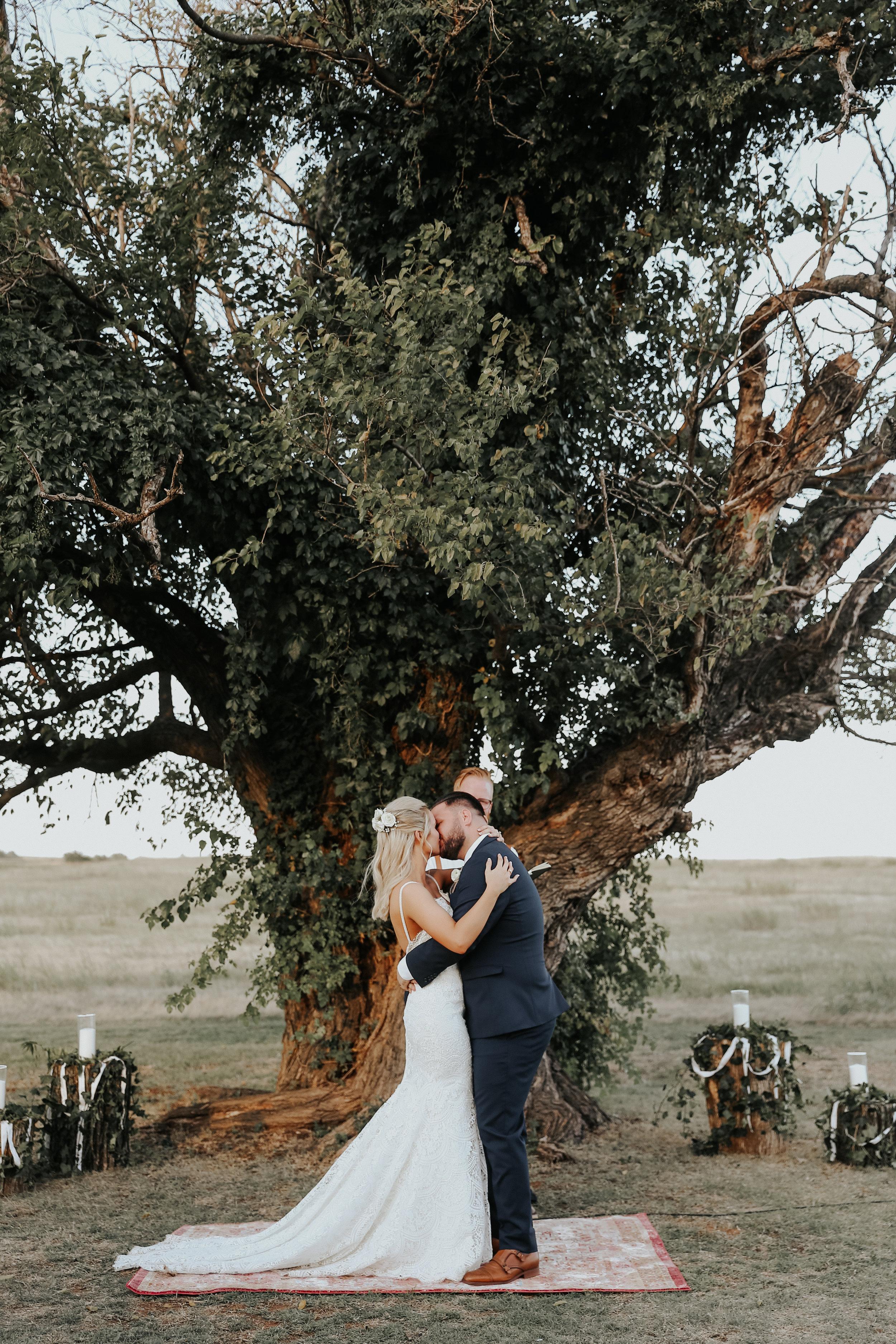 Backyard_Wedding_Oklahoma_MelissaMarshall_22.jpg