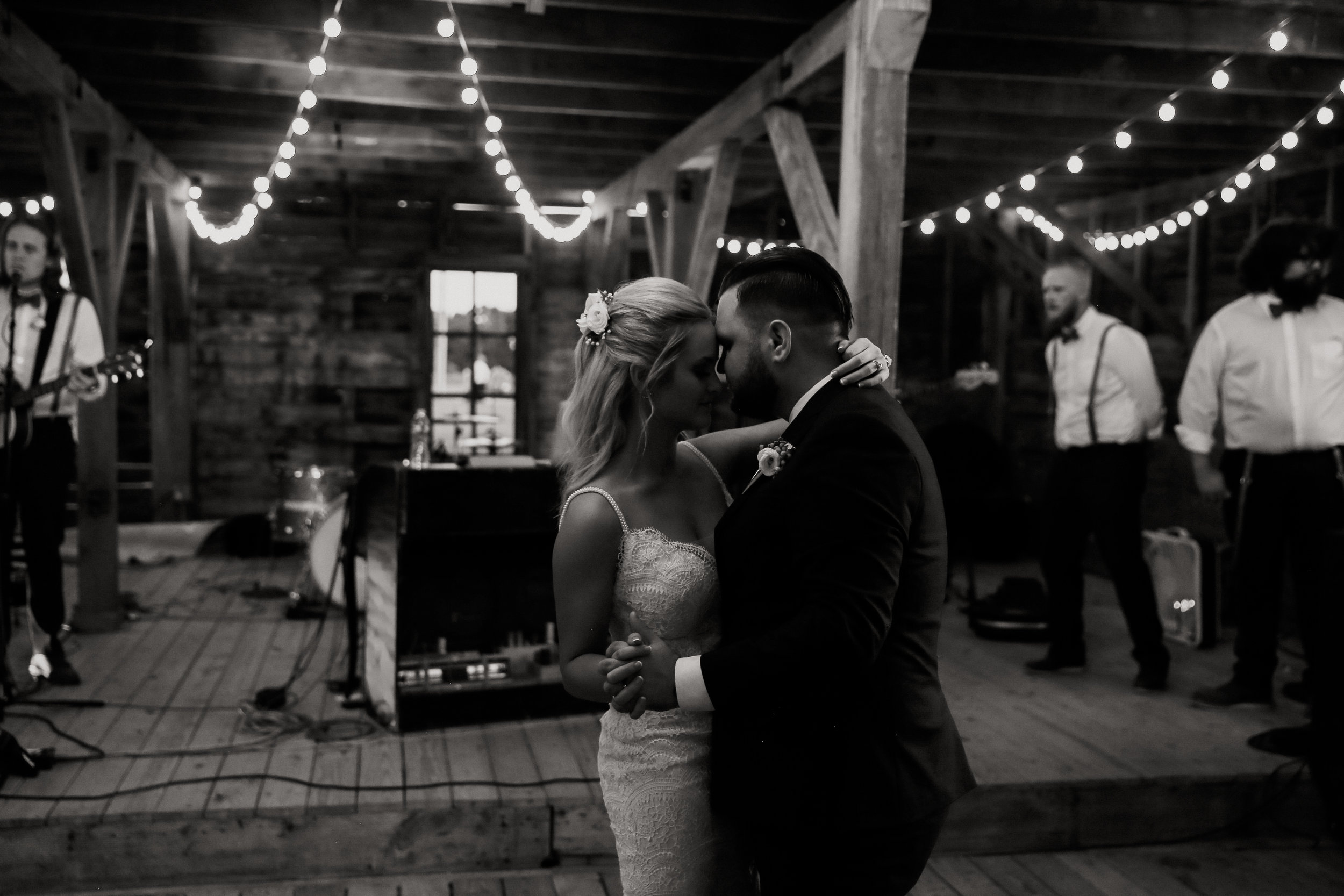 Backyard_Wedding_Oklahoma_MelissaMarshall_32.jpg