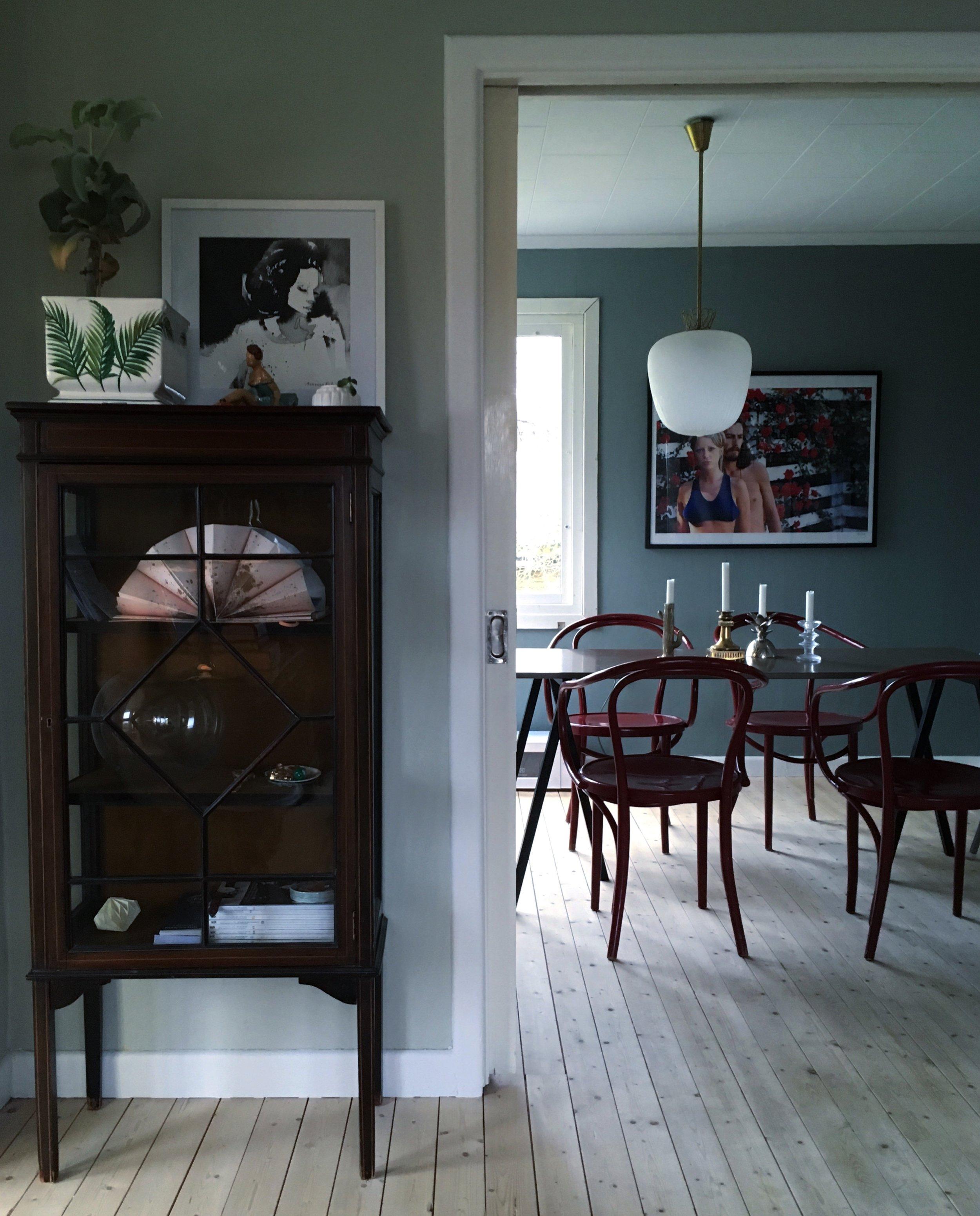 Vackra eklektiska detaljer och dova färgval på väggarna. Helt underbart!