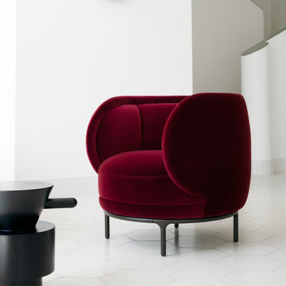 Eller kanske lite burlesk känsla med denna underbara loungefåtöljen från   Wittmann    i blodröd sammet..