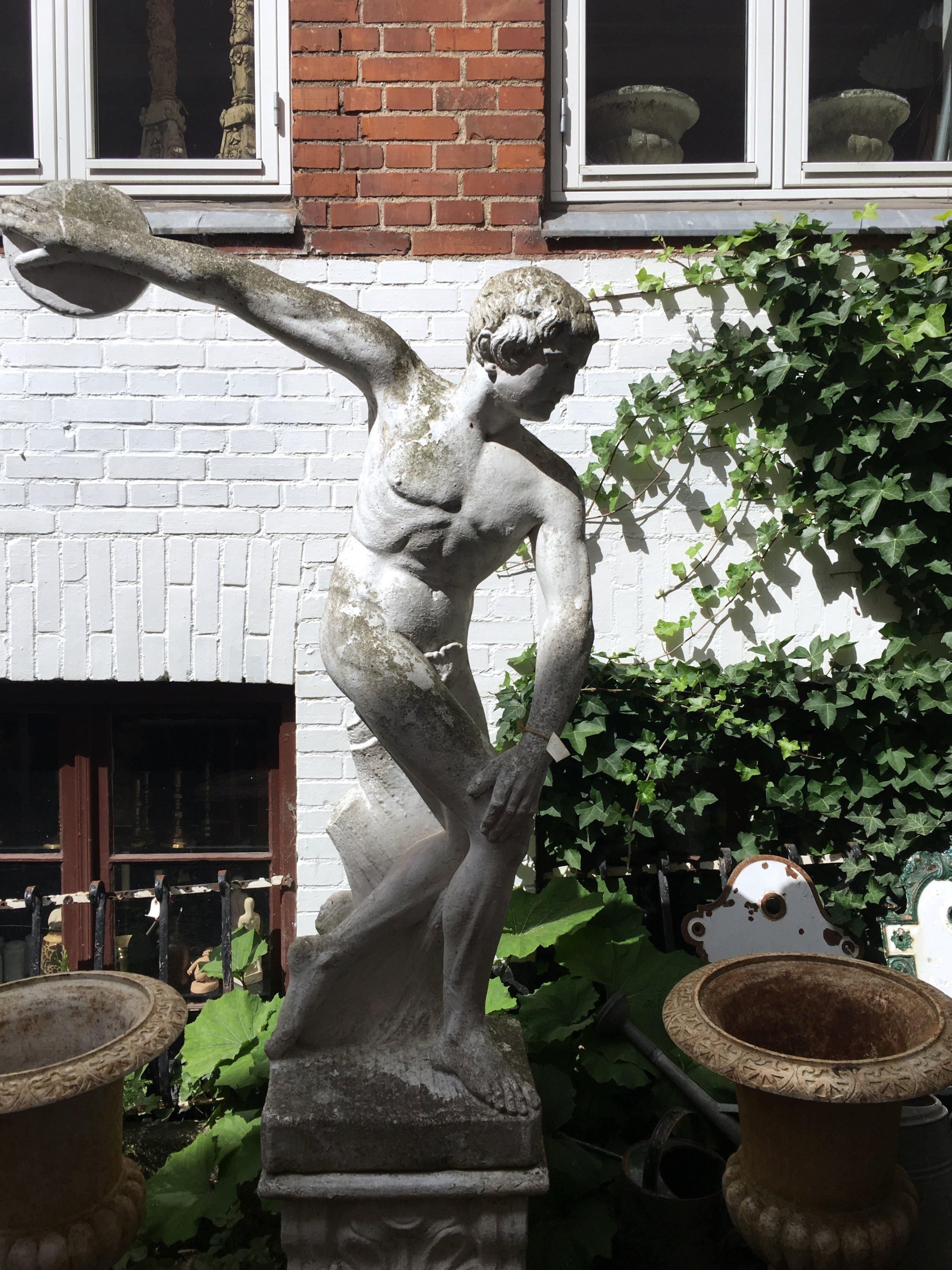 Köpte hem en staty i lite mindre storlek men hade gärna skeppat hem denne man.