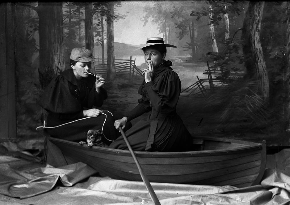 Berg & Høeg.Marie Høeg og Bolette Berg i båten. ca. 1895-1903. Sølvgelatin på barytt. Tilhører Preus Museum.
