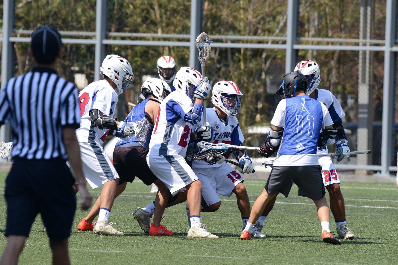 男子U19代表隊與對手在場上競爭激烈,戰況膠著。