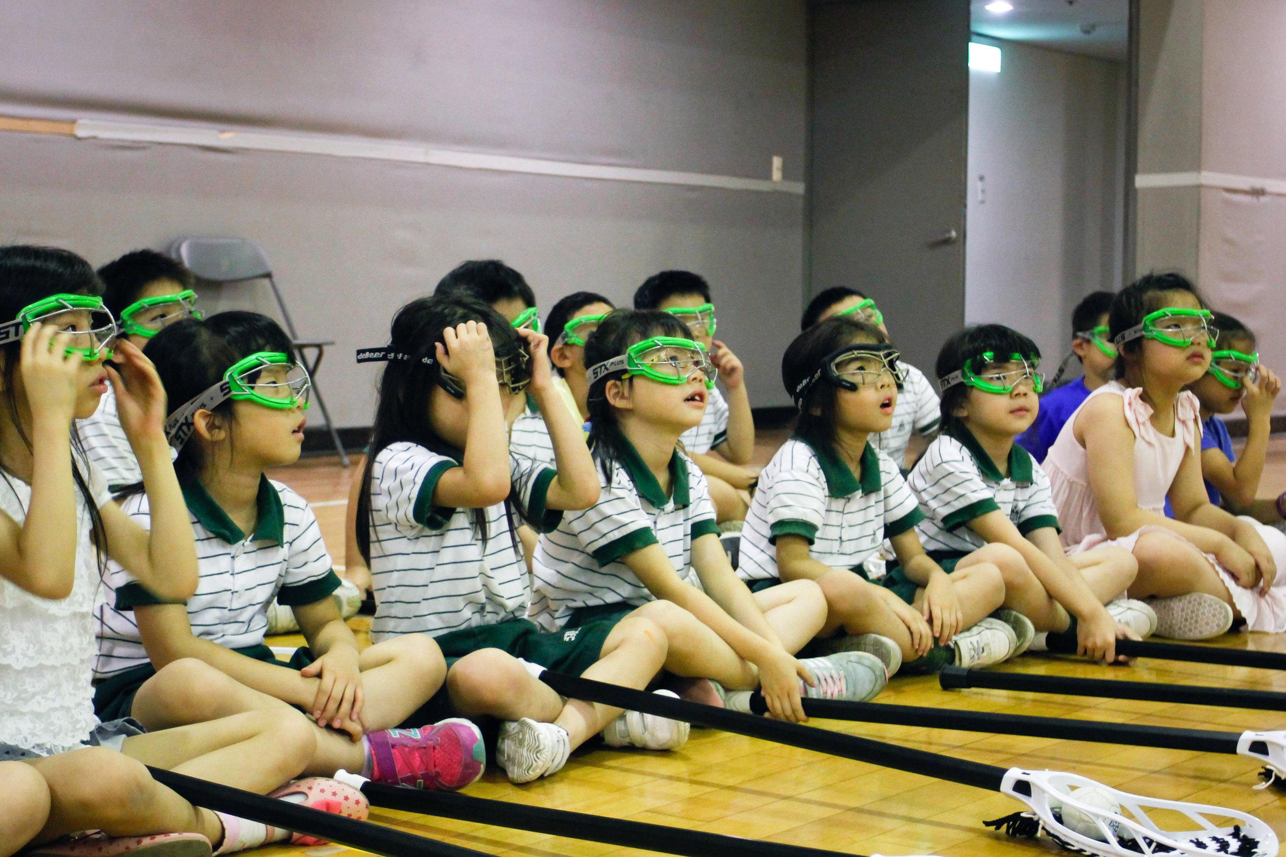 復興私小的小小學員們初次戴上袋棍球護目鏡的模樣相當俏皮。