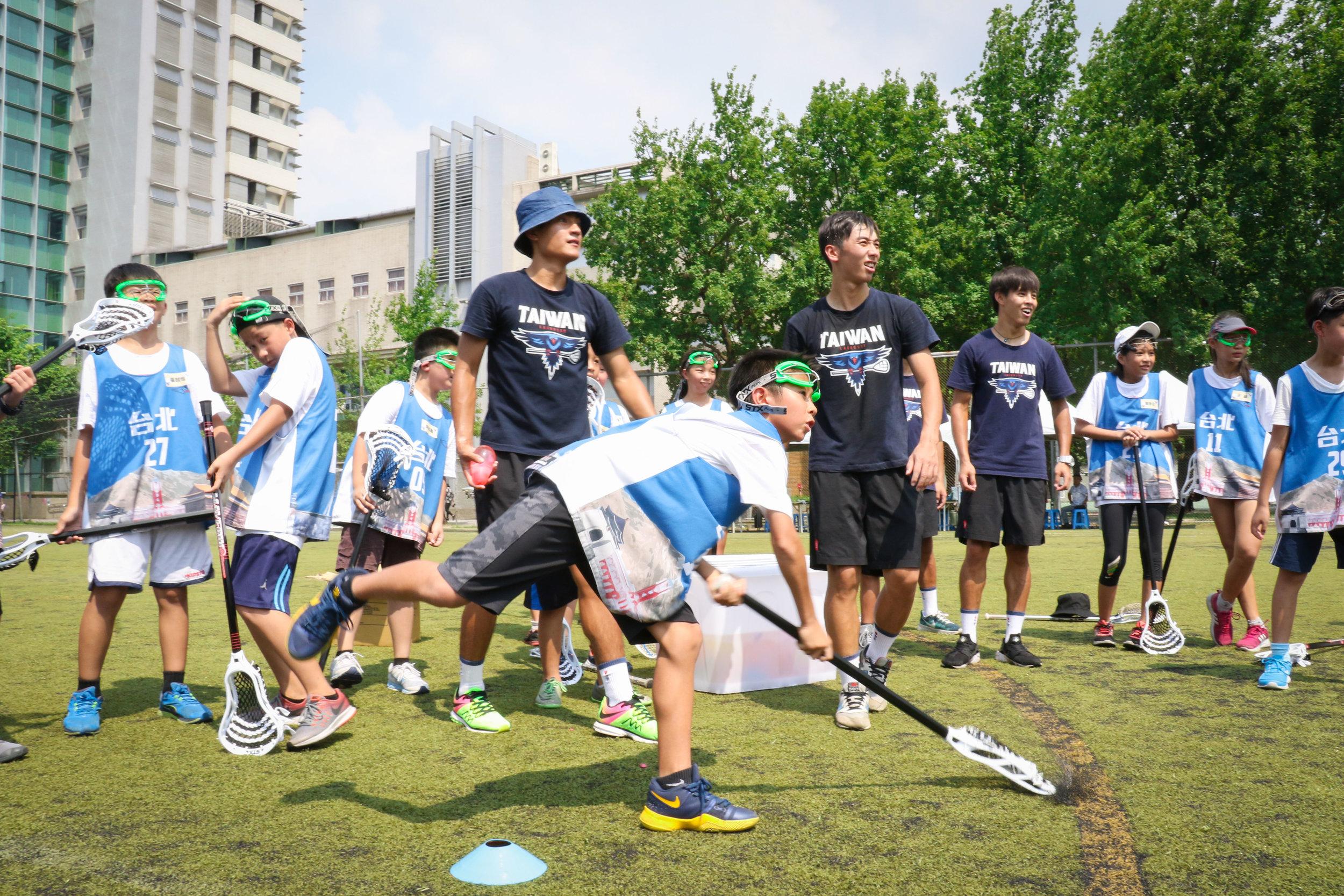 兒童夏令營的孩子們初次體驗袋棍球便有不凡水準的表現和專注度。