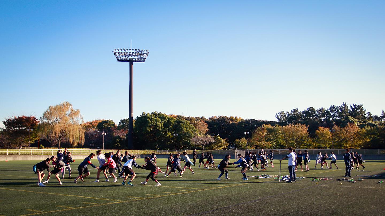 女子隊教練安排混組團康遊戲,在歡樂中訓練敏銳度,也拉近彼此距離。