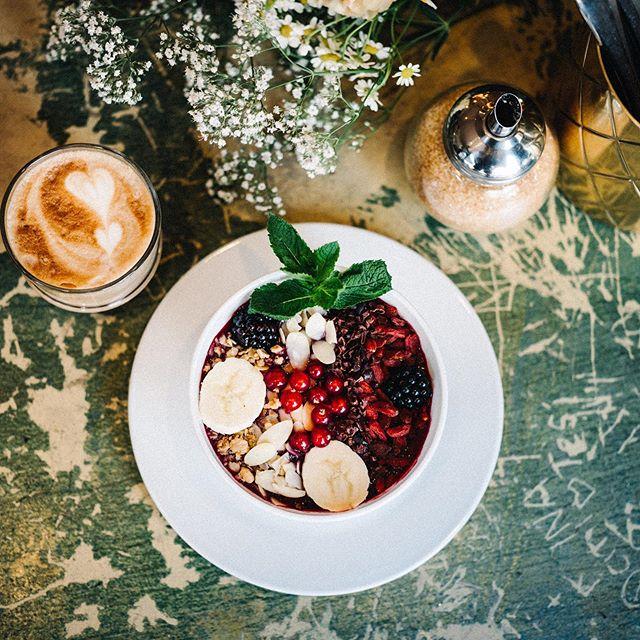 Lust auf was Frisches? Wie wäre es mit einer fruchtigen Açai Bowl und Toppings nach Wahl? 🍇 Zb Goji Beeren und Granola - oder einfach Alles 🙌🏼 #55eleven #mxvst #münchen #acaibowl #breakfastintown #muc #acai #foodporn
