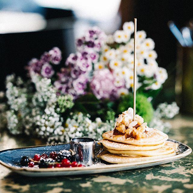 Die 55Eleven Pancakes mit Blueberry Crunch, frischen Beeren und hausgemachten Granola - gibt's auch Classic mit Ahornsirip und Bacon 🔥  #55eleven #mxvst #blueberrypancakes #foodporn #muc #münchen #pancakes