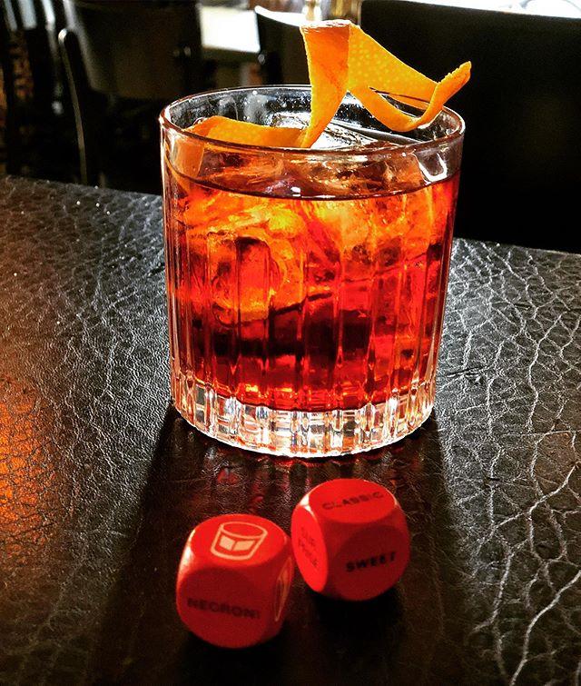 Heute zum Abschluss der #negroniweek nochmal alles auf rot! Wir spenden 1€ von jedem Drink für einen wohltätigen Zweck! 🥃 🙌 #55eleven #mxvst #negroni #campari #charity #saufenfürdengutenzweck #drink #cocktails #münchen #maxvorstadt