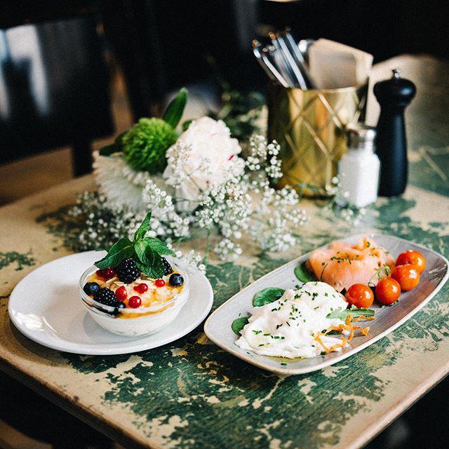 Let's brunch! Pochiertes Ei mit Lachs & Tomaten, dazu Griechischer Yoghurt mit Honig & Mandelsplittern 🍯🤤 #mxvst #55eleven #brunchtime #saturdays #foodporn #salmon #greekyogurt #breakfastandeggs