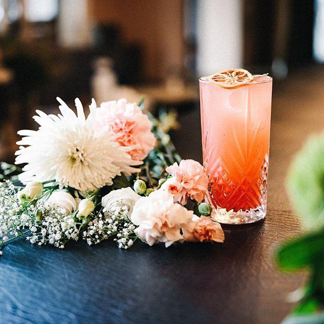 Lust auf ne Abkühlung? Dann ist der Flamingo genau das Richtige für einen Sundowner auf unserer MXVST Terrasse ☀️ @tanqueraygin mit Granatapfellikör, Zitrone, Mandel, Ananas und ein Hauch von Salbei 🍋  #55eleven #mxvst #tanqueray #gincocktails #sundowner #munich #muc #cocktailoftheday #flamingo #drinks