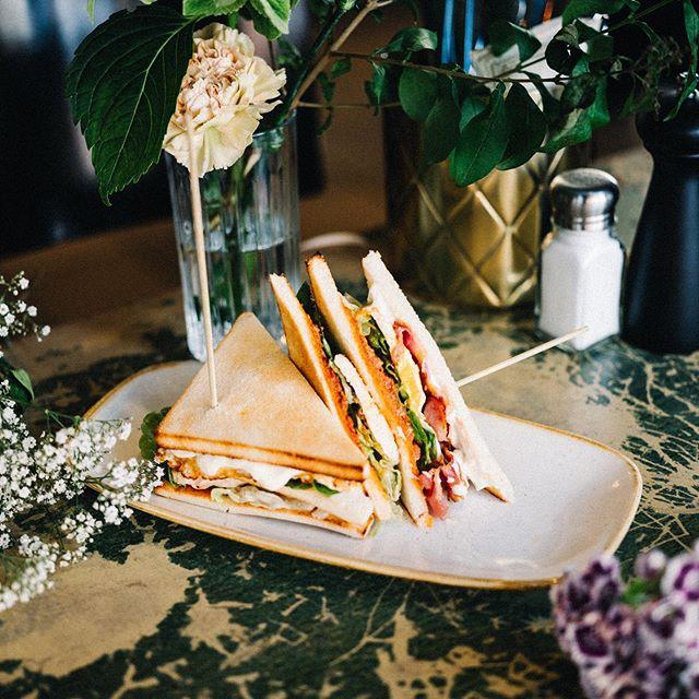 Hungrig? Wie wäre es mit dem 55 Club Sandwich - mit Hähnchenbrustfilet, Spiegelei, Salat, 55-Trüffel-Mayo, Bacon und Tomatenpesto ? 🥪🔥 #mxvst #55eleven #brunchtime #saturdays #foodporn #sandwich #lunchandbrunch #potd #muc #münchen