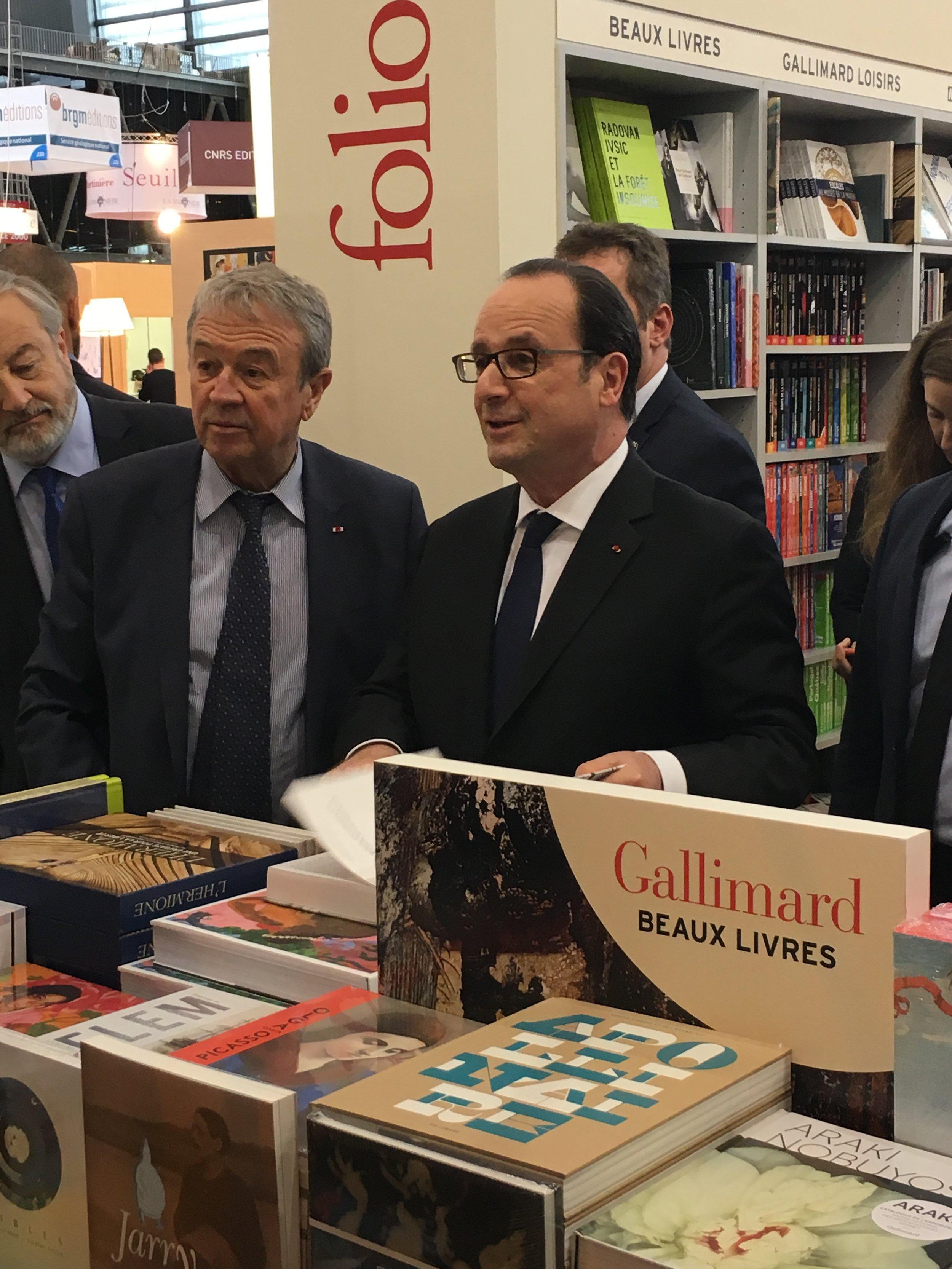 Le président François Hollande en visite sur le stand Madrigall