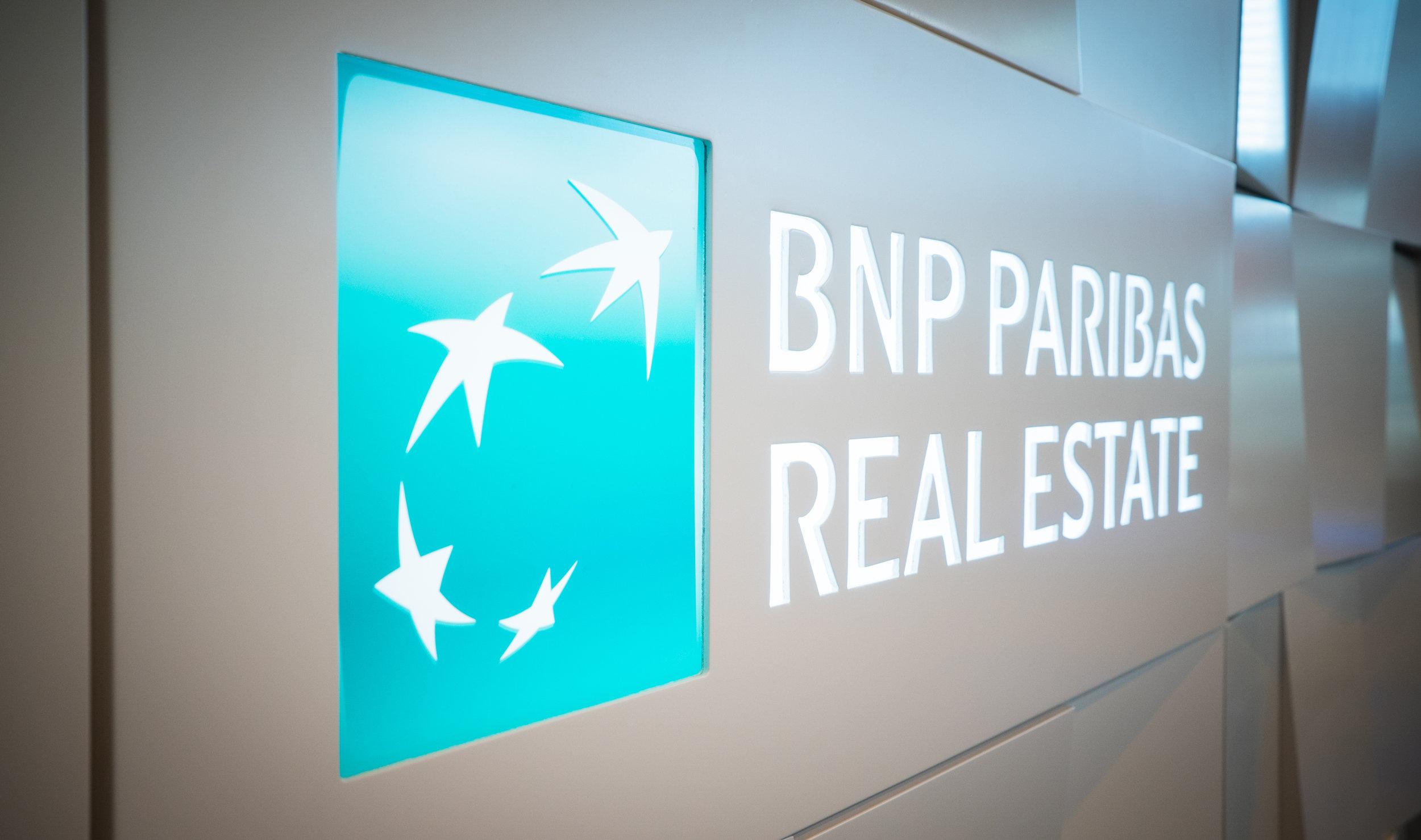 l'intégration des logos BNPPRE sur le stand conçu par Narrative