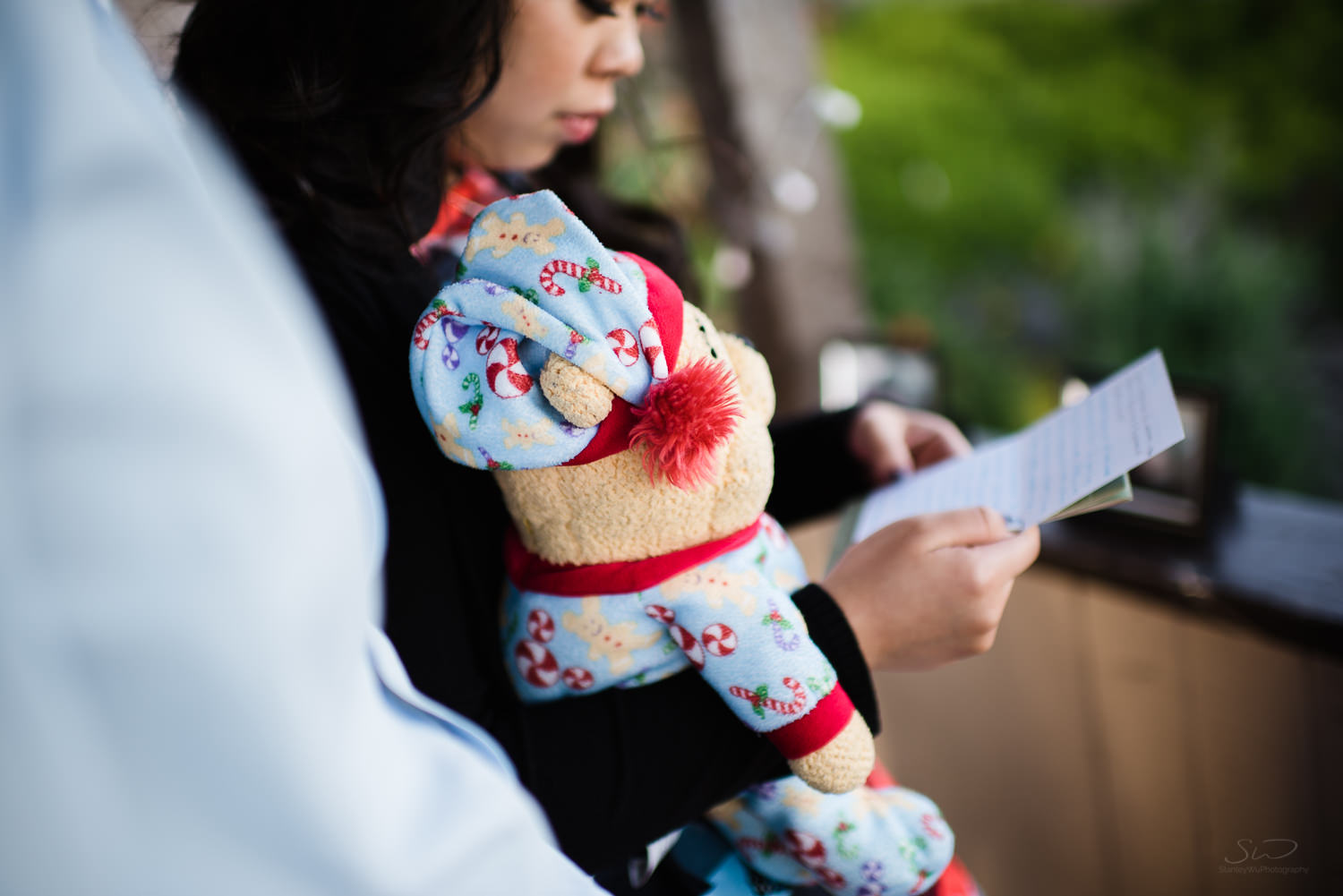 Reading love letters while holding winnie. Cliffside proposal & engagement in Dana Point | Stanley Wu Photography Portrait & Wedding Photographer | Los Angeles, Orange County, Southern California
