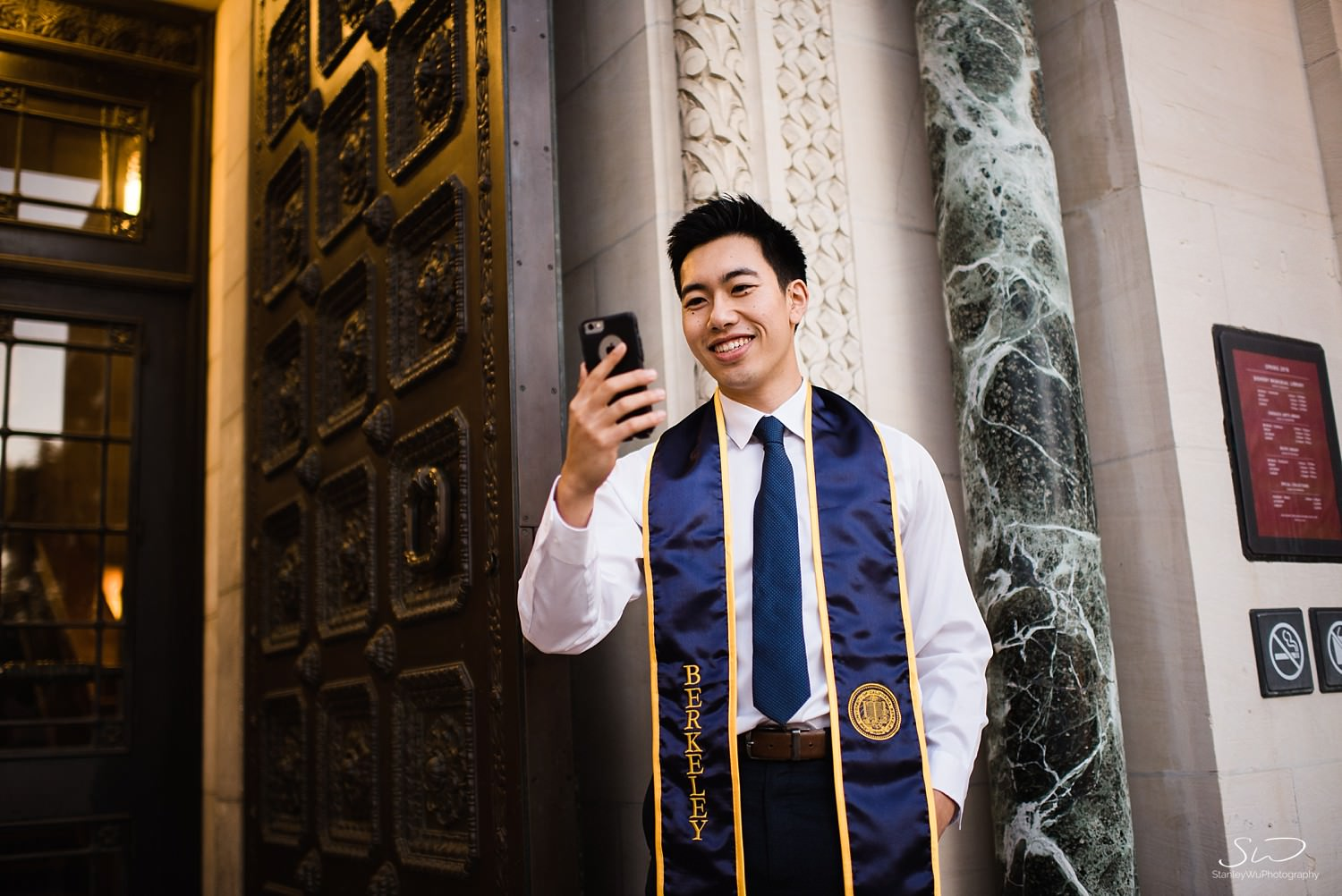 UC Berkeley senior Facetiming in front of Doheny Library | Los Angeles Graduation and Senior Portrait Photographer