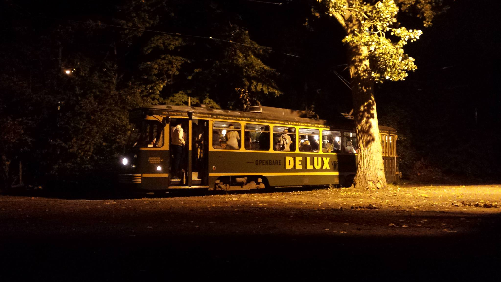 Tram DE LUX by night