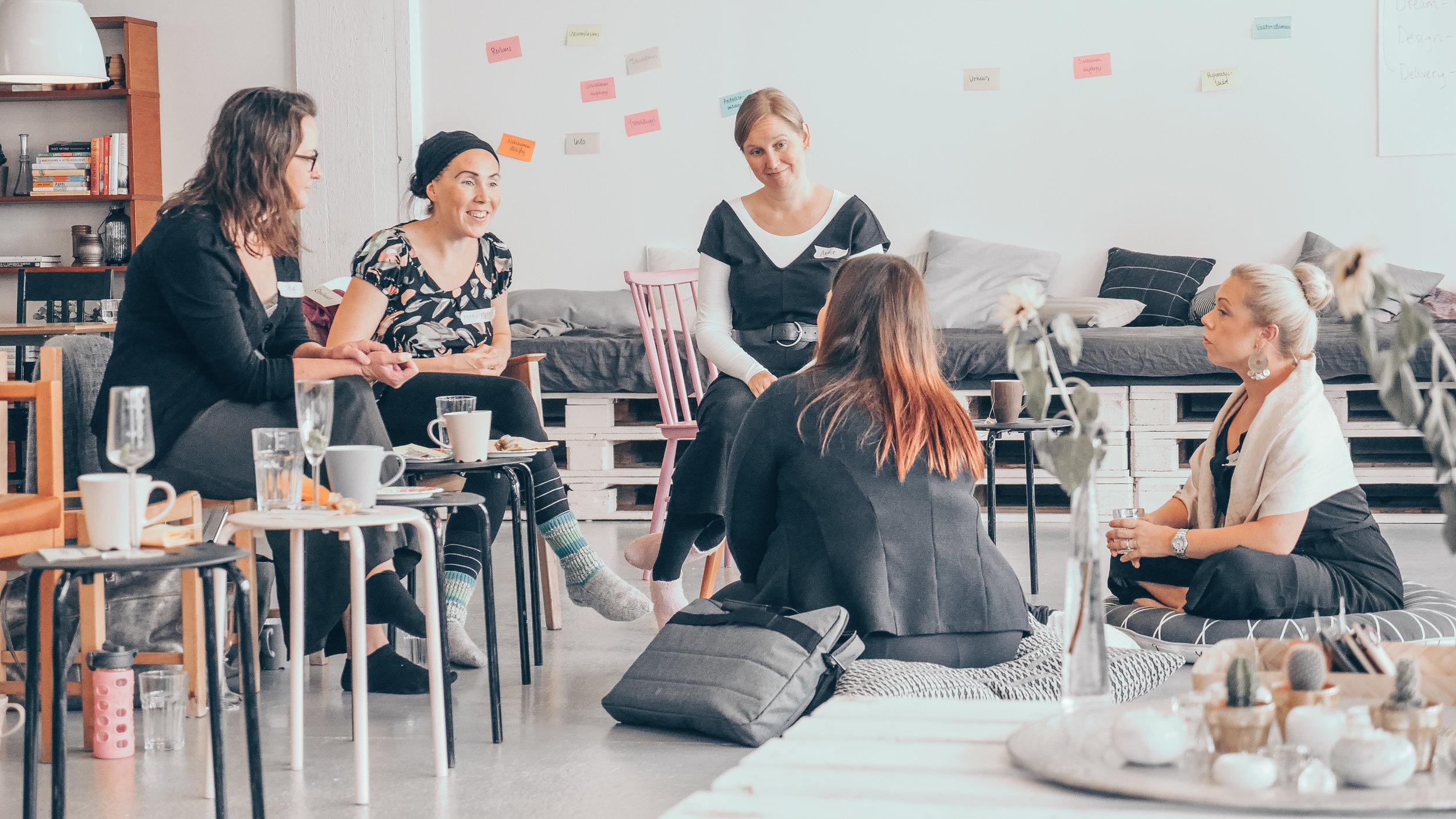 Rentoa ajatusten vaihtoa kahvin ja kakkujen äärellä Kukoistuskekkereillä syyskuussa 2018.