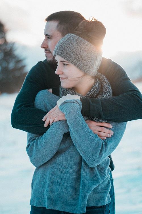 Positiivisessa psykologiassa tutkitaan mm. ihmissuhteita ja hyvää vuorovaikutusta. Yksi parisuhteen merkittävimmistä tekijöistä on kiintymyssuhde eli   se kaikkein ensimmäinen ihmissuhde, jonka lapsi muodostaa vanhempaansa.