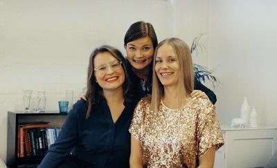 Keskellä iloitsevaa Sariannaa auttavat hänen opintomatkallaan Joyllan soveltavan positiivisen psykologian maisterit Paulina Piippo (vas.) ja Netta Lehtonen.