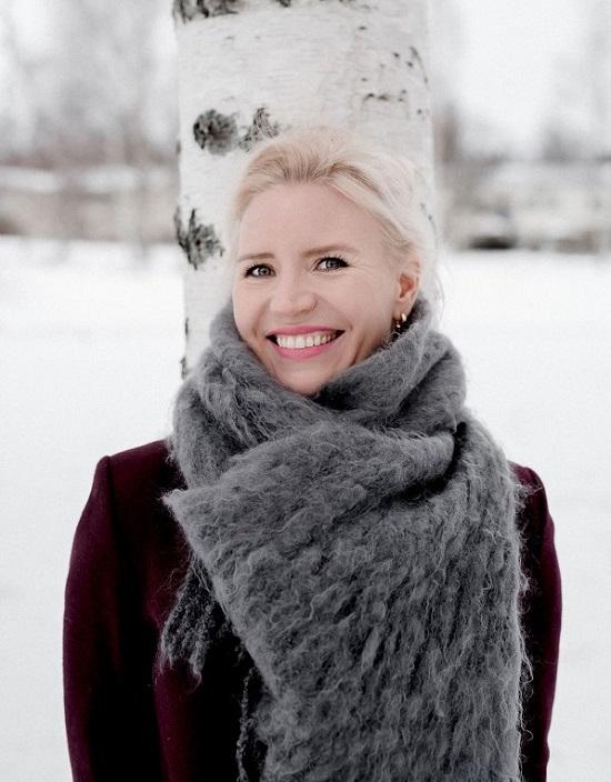 """""""Olen saanut opinnoista valtavasti toivoa sekä omaan elämääni että ammatillisesti"""", kiittelee Ensi- ja turvakotien liitossa työskentelevä  Johanna Matikka . Kuva: Laura Kallahti."""