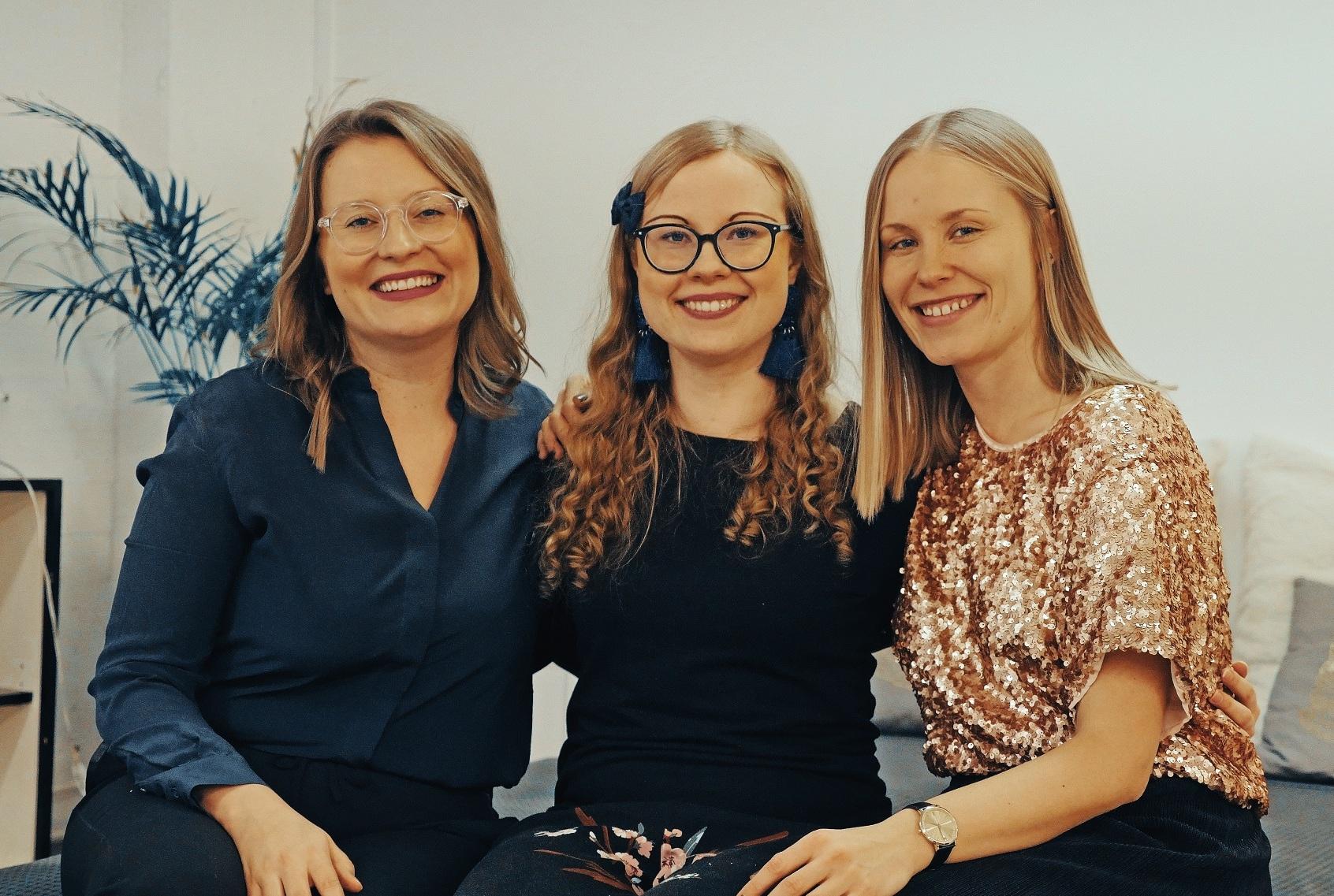 Positive Psychology Practitioner -koulutuksen suorittanut psykologi  Anne Haikola  on nyttemmin olennainen osa Joyllan tiimiä. Kuvassa mukana Joyllan perustajat  Paulina Piippo  (vas.) ja  Netta Lehtonen  (oik.).