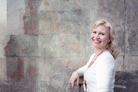 Sosiaalialan moniosaaja Johanna on paitsi Positive Psychology Practitioner, myös yhteiskuntatieteiden maisteri ja Valviran hyväksymä sosiaalityöntekijä, sosionomi (AMK), joogaopettaja (RYT200) ja sertifioitu TRE®-ohjaaja. Tällä hetkellä hän opiskelee Welfare, Health and Management -tohtoriohjelmassa Itä-Suomen yliopistossa.