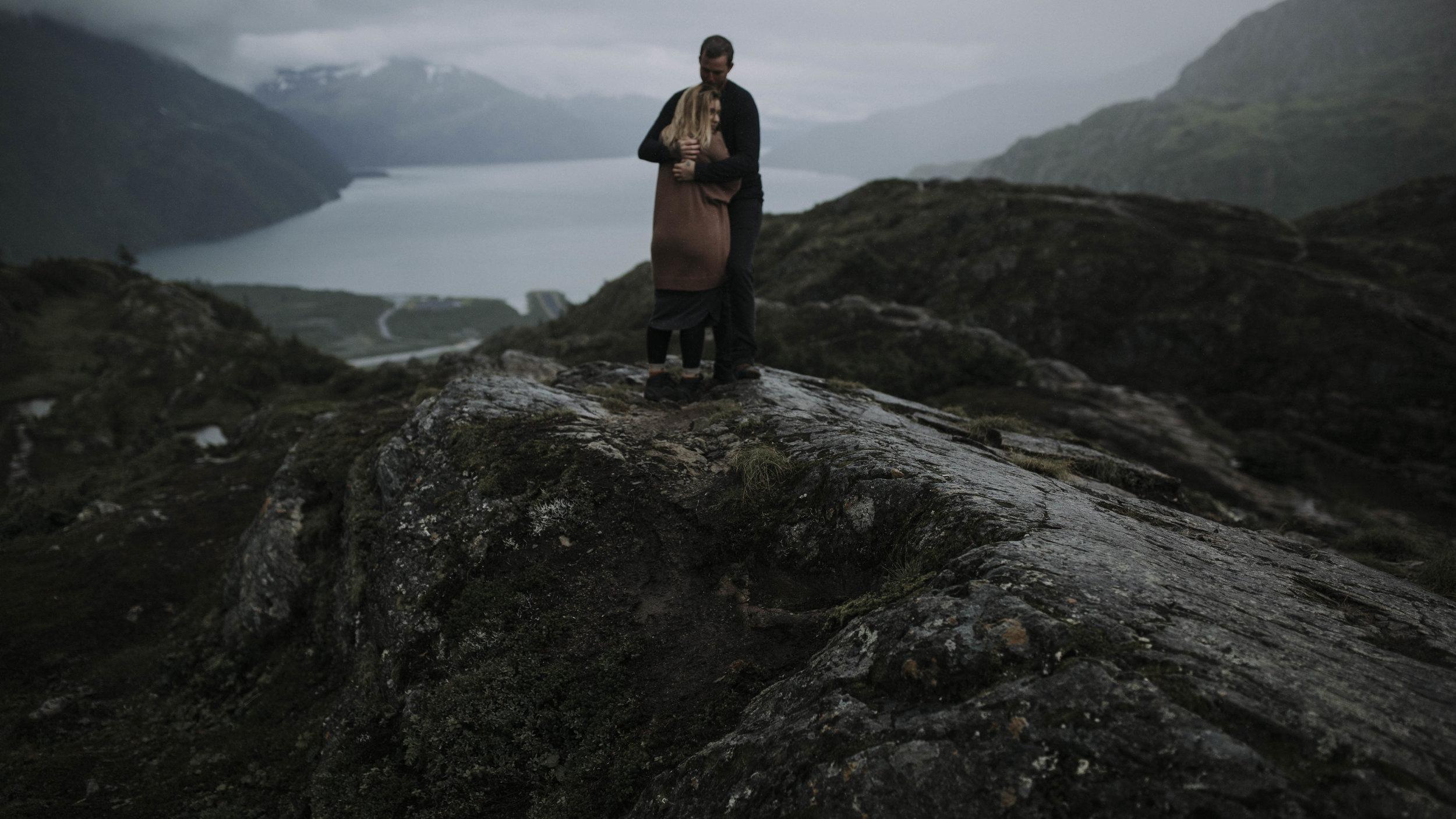 ariel-lynn-alaskan-mountain-couples-session-16.jpg