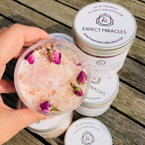 Sel de bain régénérant - Un flacon de sel de bain relaxant comprenant un Quartz Rose brut et des boutons de roses séchées parfuméesPoids : 250 gPrix : 12 eur