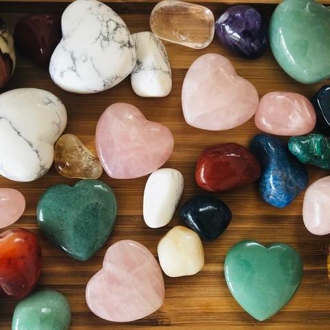 Une pierre Porte-Bonheur : la vibration naturelle d'une pierre remplie d'Énergie d'Amour et de Guérison Naturelle - Pierre à choisir dans l'offre disponible et avec mon conseil pour la personne qui la recevra.Prix entre 6 et 29 eur